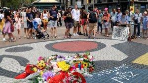 La gent s'ha anat apropant al mosaic de Miró per deixar-hi flors i espelmes en record de les víctimes