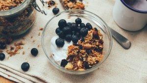 La granola casera se puede acompañar con leche, yogur, queso fresco batido y frutas.