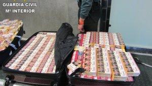 La Guàrdia Civil confisca al voltant de 800 paquets de tabac ocults en maletes en l'aeroport de València