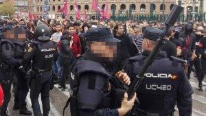 La Policia Nacional fent un cordó per flanquejar la manifestació i contindre els possibles conflictes