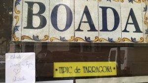 La porta de Casa Boada, a Tarragona, està plena de notes de suport per al seu propietari, Eduard Boada.