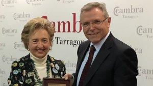 La presidenta de la Cambra, Laura Roigé, i Anton Valero, que ha rebut la Clau d'Or.