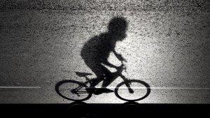 La silueta d'un ciclista, en arxiu