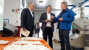 L'alcalde de Valls, Albert Batet, i el regidor d'Empresa i Ocupació, Joan Carles Solé, han visitat Plàstics Clofent.