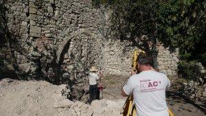 L'equip de l'ICAC treballant a l'església de Sant Salvador de la Mussara.