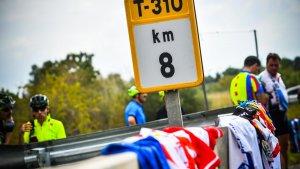 Les imatges de la concentració en homenatge als ciclistes morts a Montbrió
