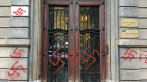 Les pintades a la porta i paret de la seu d'Òmnium