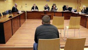 L'home, acusat d'abusar de la seva germana menor d'edat, en el seu judici