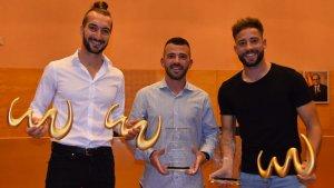 Llorenç Gómez, Adrián Frutos i Eduard Suárez, mostren els seus trofeus a la sala de plens de Torredembarra.