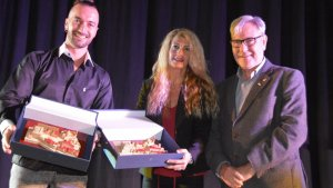 Llorenç Gómez i María José Carabante han rebut el premi de mans de l'alcalde de Torredembarra, Eduard Rovira.
