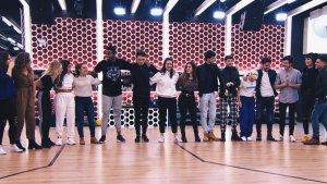 Los 16 triunfitos interpretando 'Somos'