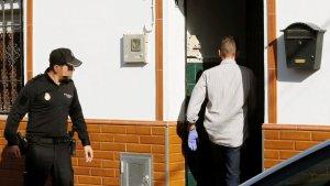 Los agentes e investigadores entrando en el domicilio