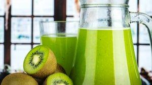 Los desayunos saludables para niños pueden incluir batidos verdes, tostadas de avena o frutas.