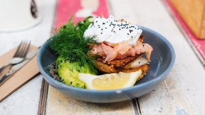 Los desayunos sanos que contienen grasas saludables, como el aguacate y el salmón, nos ayudan a mantenernos saciados durante más tiempo.