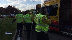 Los servicios de emergencias atendiendo al joven en el lugar de los hechos