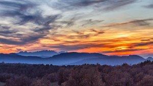 Posta de sol amb cel rogent al Moianès mirant cap a Montserrat