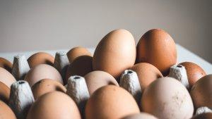 Recomendamos utilizar huevos frescos para elaborar esta receta de flan casero al huevo.