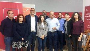 Roc Muñoz, al centre de la fotografia amb camisa i sense jaqueta, amb membres de l'assemblea local del PSC de La Canonja