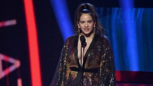 Rosalía recoge su premio mejor fusión/interpretación urbana en los Grammy Latinos 2018