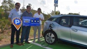 Sergi Arts, gerent d'Aparcaments Municipals; José Luís Martín, alcalde en funcions; i Josep Acero, conseller de mobilitat, a l'anella mediterrània amb els quatre nous punts de recàrrega