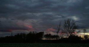 Tarde de cielos tenebrosos en el noreste catalán, el amanecer del lunes se repetirán en otros puntos del norte