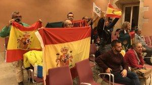 Un grup de militants i simpatitzants de Vox, a la sala de plens de Torredembarra.
