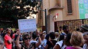 Una imatge de la concentració a les portes de l'IES Tarragona, un dels que va patir les càrregues policials de l'1 d'octubre.