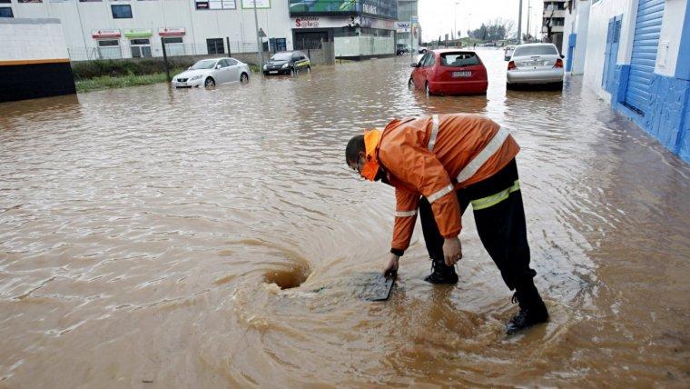 Alzira está empantanada esta mañana de viernes y la brigada municipal intenta evacuar el agua acumulada en las calles