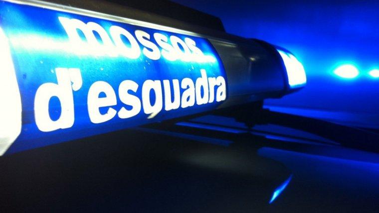 Els Mossos d'Esquadra van detenir tres persones per amagar dues pistoles i munició al cotxe