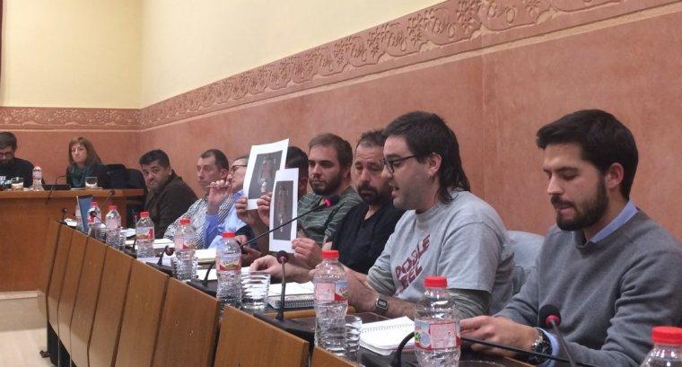 Els regidors de l'AUP mostrant una fotografia del rei Felip VI des revés durant l'exposició de la moció