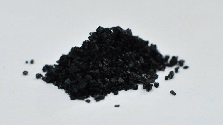 La sal negra del Himalaya tiene un origen volcánico y adquiere su color del carbón activado con el que se elabora.