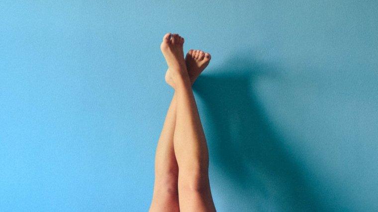 Y ardientes cansadas, pesadas piernas