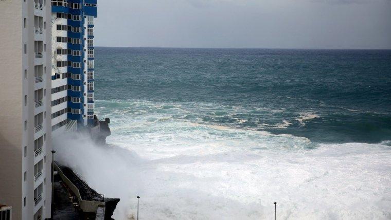 Les fortes onades han destrossat les façanes d'edificis a Tenerife