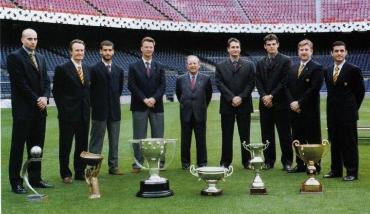 Núñez, amb els entrenadors i capitans dels equips de les seccions de futbol, bàsquet, handbol i hoquei patins del Barça de la temporada 1998/99.