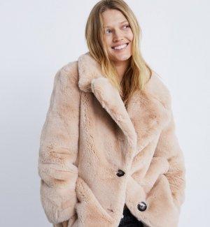 Abrigo efecto pelo en color rosa empolvado de Zara, por 49,99 euros (antes 89,95 euros)
