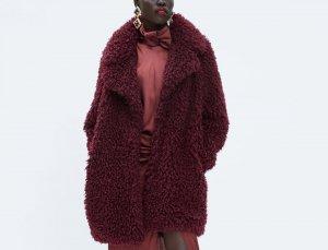 Abrigo efecto pelo soft en color granate de Zara, por 29,99 euros