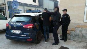 Agentes de la Policía Nacional deteniendo a uno de los implicados en los robos