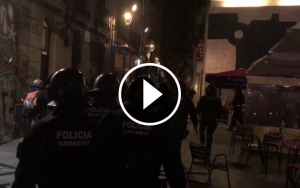 Agents de la BRIMO dels Mossos entrant a la plaça del Macba per dispersar la manifestació.