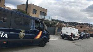 Agents de l'UIP de la Policia Nacional davant del xalet d'un dels caps de la banda.