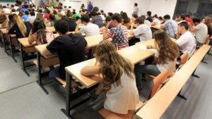 Alumnes de Batxillerat fent les PAU