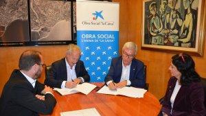 Ballesteros, amb el director de Banca d'Institucions de Caixbank a Catalunya, Joaquim Macià, durant la signatura del conveni