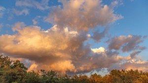Bonita nube causada por el viento y la diferencia de temperatura