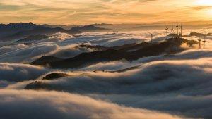 Cascada de núvols baixos i boires a les muntanyes del sud