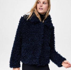Cazadora efecto pelo soft color azul noche de Zara, por 25,99 euros (antes 39,95 euros)