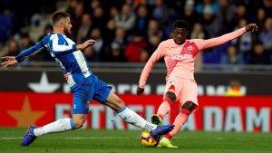 Dembélé i David López, durant el partit entre l'Espanyol i el Barça a l'RCDE Stadium.