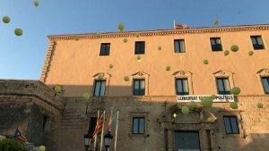 Desenes de globus grocs, aquest dimecres al vespre davant l'Ajuntament de Torredembarra