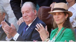 Don Juan Carlos junto a su hija la infanta Elena y su nieta Victoria Federica