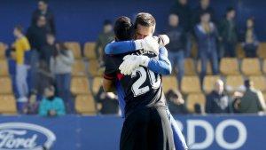 Edgar Badia i Gus Guedes s'abracen després del triomf a Alcorcón