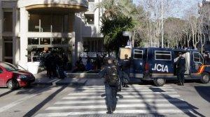 Efectius de la Policia Nacional entrant en un hotel de Salou.
