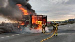 El camió ha quedat completament calcinat, segons han informat els Bombers